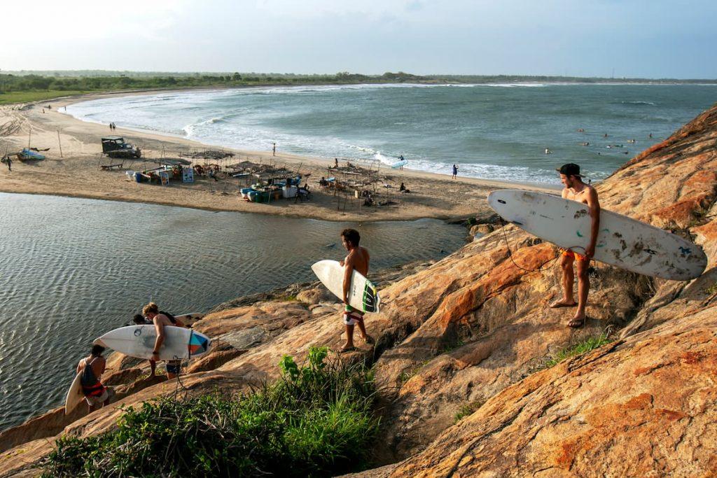 surfeurs à elephant rock sri lanka