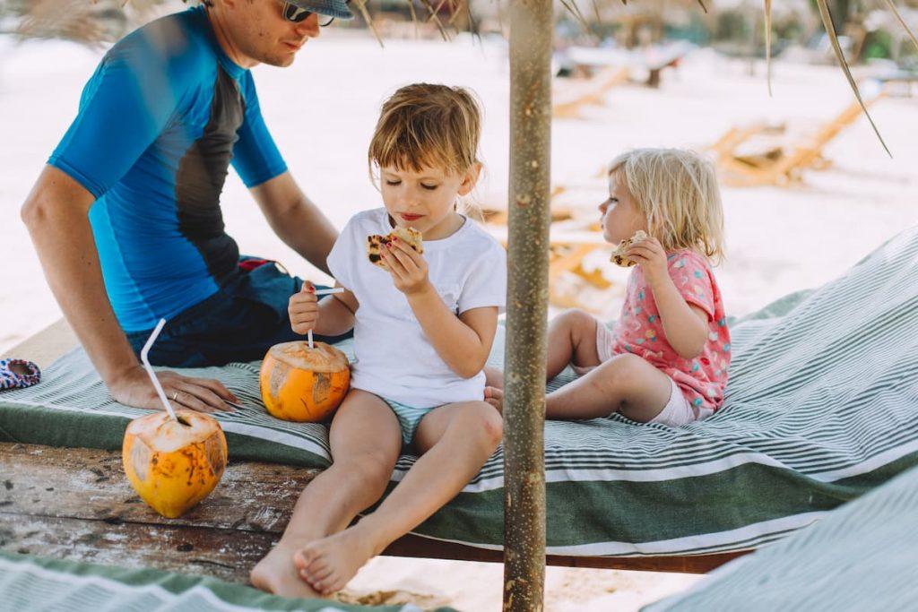 enfant boit noix de coco