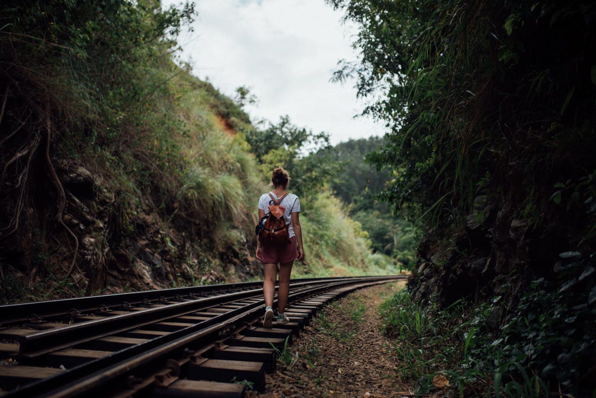 femme qui marche sur les rails Sri Lanka