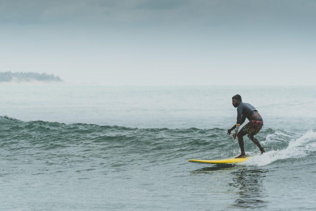 surfeur à Arugam bay Sri Lanka