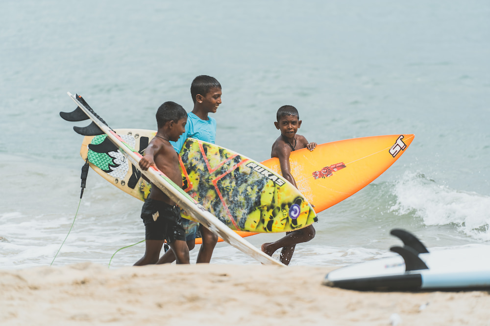 enfants surfeurs Arugam Bay