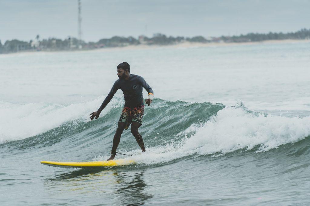 surfeur au Sri Lanka