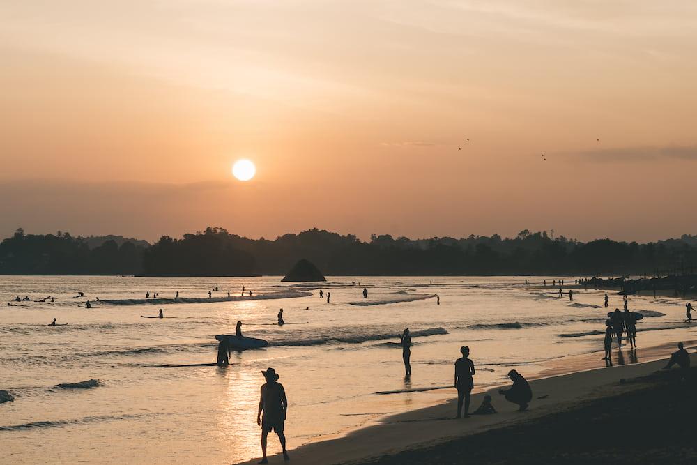 plage coucher de soleil weligama