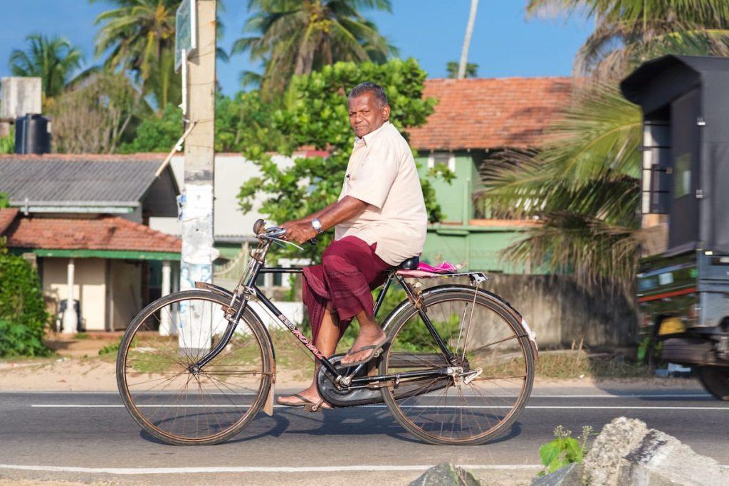 homme vélo en tongs sri lanka